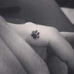 Petit tatouage discret femme doigt patte animal