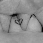 Photo tattoo feminin discret doigt coeur entrelace
