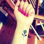 Photo tattoo feminin discret rose noire poignet