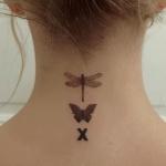 Tatouage femme discret nuque 2 papillons une croix