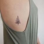 Tatouage femme discret sapin cote droit sous le bras