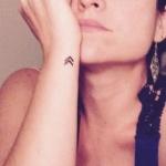 Tatouage femme discret symbole double fleche poignet exterieur