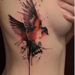 Exemple tatouage oiseau battant des ailes cote
