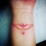 Exemple tatouage oiseau femme rouge phoenix interieur poignet