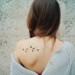 Exemple tatouage petits oiseaux femme dos omoplate