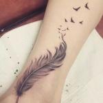Idee tattoo belle plume avec oiseau qui s envole sur cheville et jambe