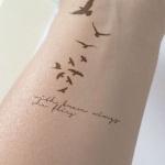 Tatouage femme 10 oiseaux avec phrase interieur poignet