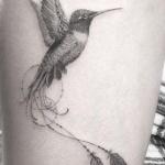 Tatouage femme oiseau colibri avec deux plumes