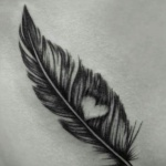 Tatouage femme plume d oiseau avec coeur