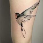 Tatouage oiseau qui s envole cuisse femme