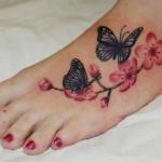 Exemple tatouage papillons et fleurs de cerisier pied femme