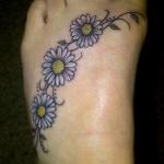 Modele tatouage pied 3 paquerettes couleur