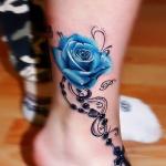 Modele tatouage pied et cheville avec rose bleue et chapelet croix