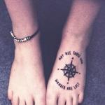 Modele tatouage pied rose des vents et phrases autour