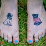 Tatouage chien et chat sur chaque pied fille