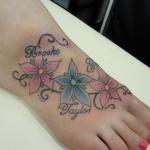 Tatouage femme pied 3 fleurs hibiscus avec trois prenoms enfants