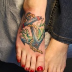 Tatouage oldschool femme pied grande ancre marine
