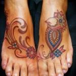 Tatouage pied femme arabesques avec belles couleurs originales