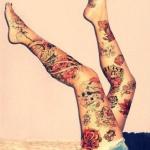 Tatouage pied femme dessus et dessous fleurs et tete
