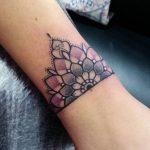 Bracelet mandala tatouage femme dotwork
