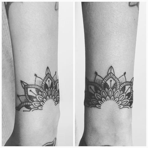 idee tattoo bracelet mandala femme tatouage femme. Black Bedroom Furniture Sets. Home Design Ideas