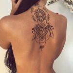 Mandala fleur de lotus tatoue sur haut du dos
