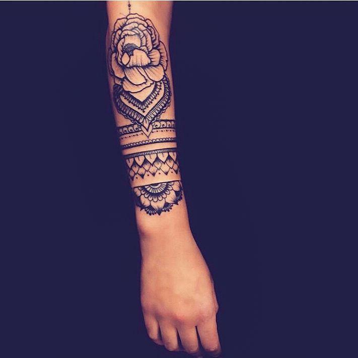 Modele tatouage bras mandala avec fleur et bracelet