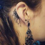 Petit tatouage discret femme derriere oreille demi mandala