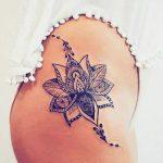 Tatouage cuisse hanche femme mandalaavec arabesques