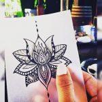 Tatouage symboles fleur de lotus mandala fille