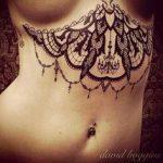 Exemple tatouage sous poitrine dentelle femme avec bijoux pendentifs