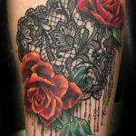 Inspiration roses rouges et dentelle femme a tatouer sur cuisse