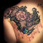 Photo tattoo epaule dos omoplate belles roses et papillons sur dentelle fine