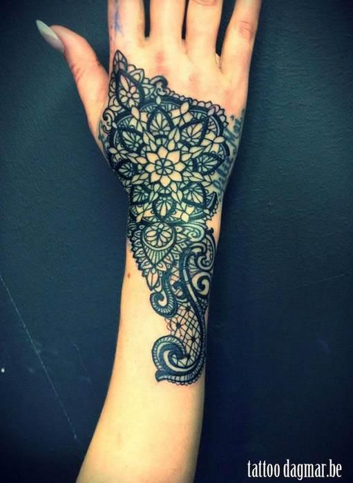 photo tattoo feminin guipure et dentelle main et poignet tatouage femme. Black Bedroom Furniture Sets. Home Design Ideas