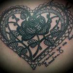 Tatouage coeur en avec rose centre dentelle