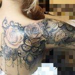 Tatouage dos epaule et bras femme dentelle avec roses papillon
