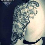 Tatouage epaule bras femme papillons fleur et dentelle