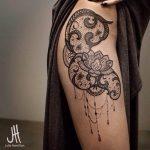 Tatouage femme dentelle resille fleur de lotus cuisse et hanche