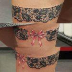 Tatouage jarretiere avec noeud rose dentelle fine