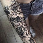 Tatouage pivoine et dentelle avant bras