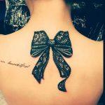 Tattoo noeud dentelle anglaise dessous de nuque feminin