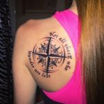 Boussole tatouee sur omoplate avec 2 phrases entourant le compas