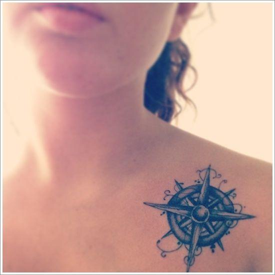 Exemple joli tatouage boussole cote clavicule avec travail ombrage