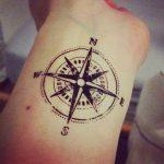 Idee tattoo boussole etoile du nord interieur poignet avec les 4 points cardinaux