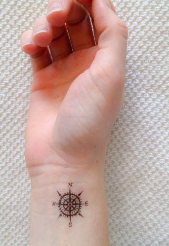 Tatouage discret poignet petite boussole femme face interieure