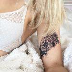 Tatouage rose des vents femme sur interieur bras avec fleurs