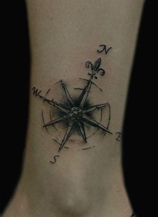 Tatouage symbole rose des vents et fleur de lys sur cheville