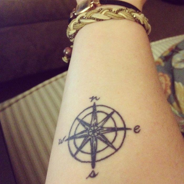 Tattoo feminin rose des vents avant bras