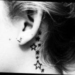 Joli tattoo fille etoiles arriere de l oreille