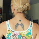 Tatouage etoile haut du dos centre avec ailes d ange